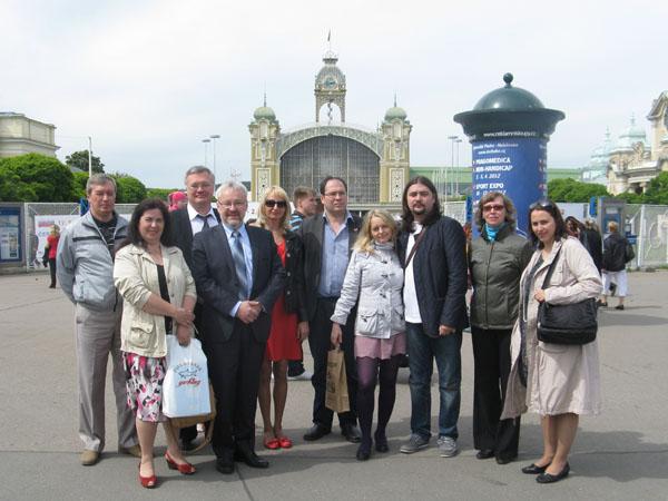 Наши писатели на Пражской книжной выставке на фоне здания, где она проходила, 2012 г.