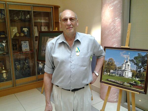 Саша Кругосветов после награждения в вестибюле префектуры