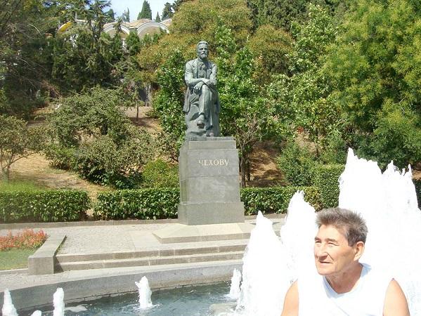 У памтника Чехову в Ялте