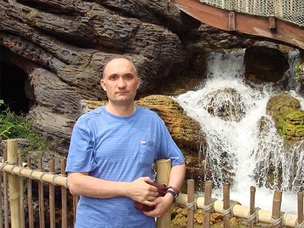чувак у водопада
